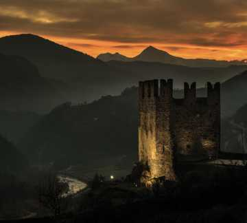 https://www.aptpinecembra.com/var/pinecembra/storage/images/_aliases/theme_holiday_small_image/5/8/4/0/485-3-ita-IT/castello-segonzano-tramonto.jpg - RP5